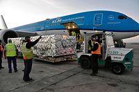 Photo coulée publiée par le service de presse du ministère argentin de la Santé de travailleurs déchargeant une cargaison de 864000 doses du vaccin Covishield contre COVID-19 du laboratoire AstraZeneca depuis un avion de KLM d'Amsterdam, dans le cadre d'un accord avec le COVID-19 Vaccins Global Access (COVAX), à l'aéroport d'Ezeiza, province de Buenos Aires, Argentine, le 18 avril 2021 (Photo de Graciela PACE / Ministère argentin de la Santé / AFP) / RESTRICTED TO EDITORIAL USE - CRÉDIT OBLIGATOIRE PHOTO AFP / MINISTÈRE DE LA SANTÉ OF ARGENTINA / GRACIELA PACE - PAS DE COMMERCIALISATION PAS DE CAMPAGNES PUBLICITAIRES - DISTRIBUÉ EN SERVICE À LA CLIENTÈLE