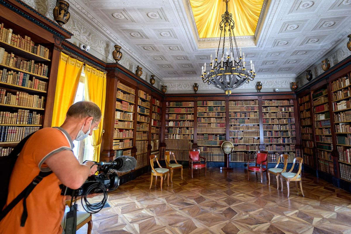 Ein Kameramann filmt in der Villa.