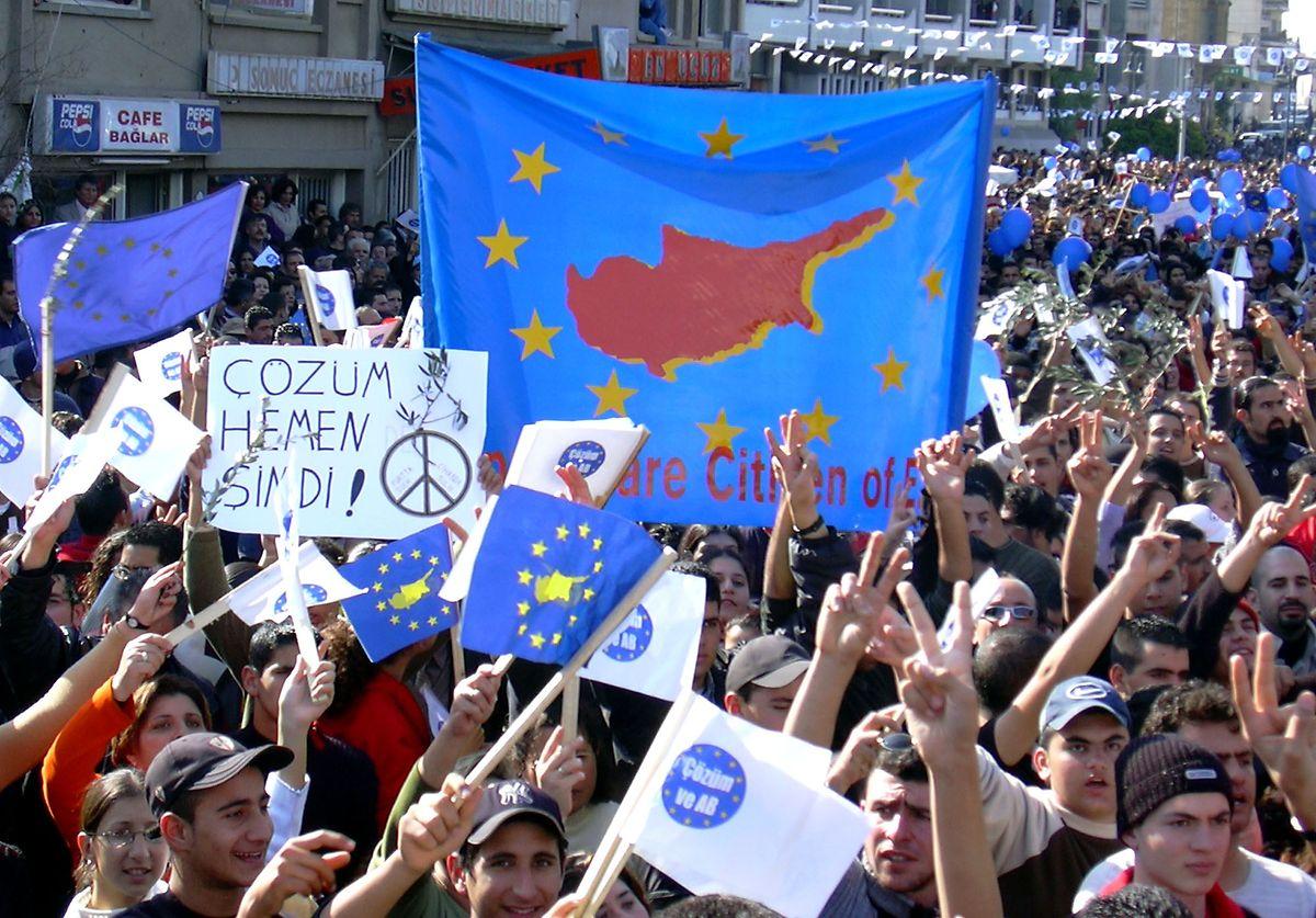 Türkische Zyprer standen der Wiedervereinigung und dem EU-Beitritt überwiegend positiv gegenüber.