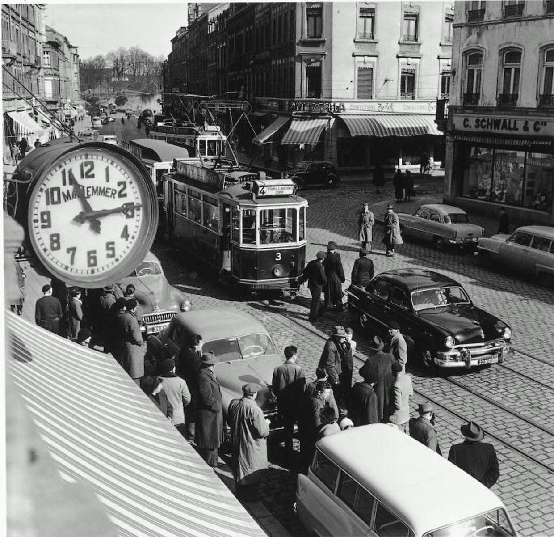 Die Tram auf einer ihrer Fahrten durch die Avenue da la Gare im Jahr 1955.