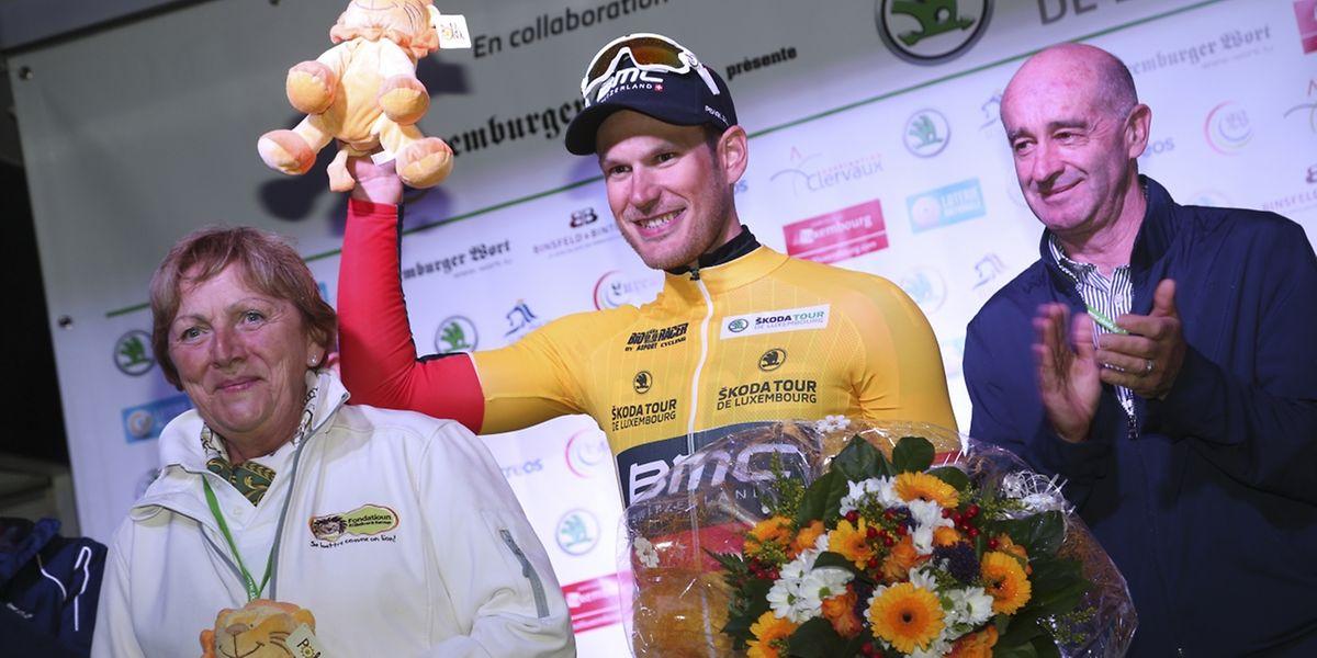 Jempy Drucker tout sourire sur le podium du SkodaTDL. Le Luxembourgeois de la BMC est le premier maillot jaune de l'épreuve.