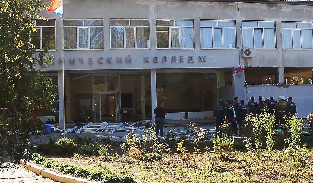 Der Videoausschnitt zeigt Polizisten, die vor einem Berufsschulgebäude in Kertsch stehen. Russlands oberste Ermittlungsbehörde hat nach der Explosion auf der Halbinsel Krim ein Verfahren wegen eines Terroranschlags eingeleitet.