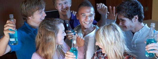 In der schulfreien Zeit steigt laut Statistik die Zahl der Alkoholvergiftungen bei Jugendlichen.