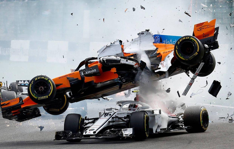 O carro de Nico Hulkenberg atingiu o de Fernando Alonso e o deste voou sobre o de Leclerc.