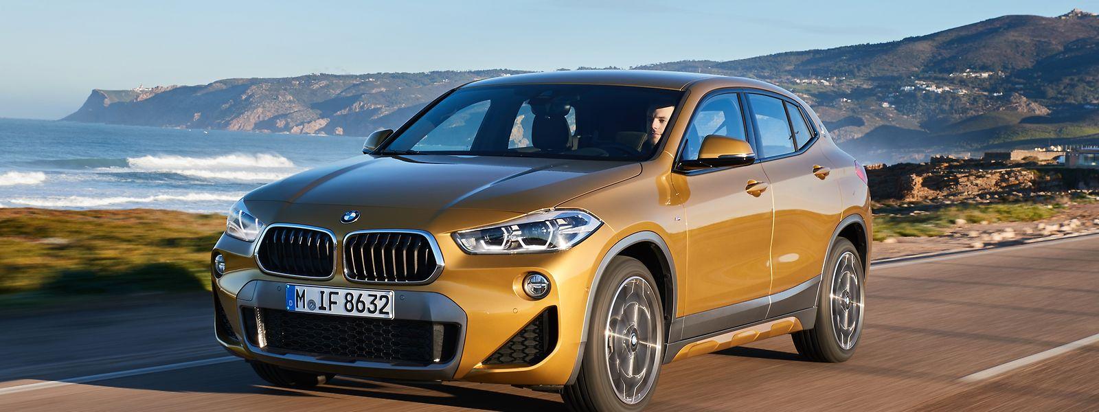 Der BMW X2 (auf unserem Bild die Variante M Sport X in der neuen Außenfarbe Galvanic Gold metallic) will als eigenständiges Fahrzeug auftreten. Deshalb haben die Bayern auch die bekannte Trapezform der Doppelniere erstmals umgekehrt.