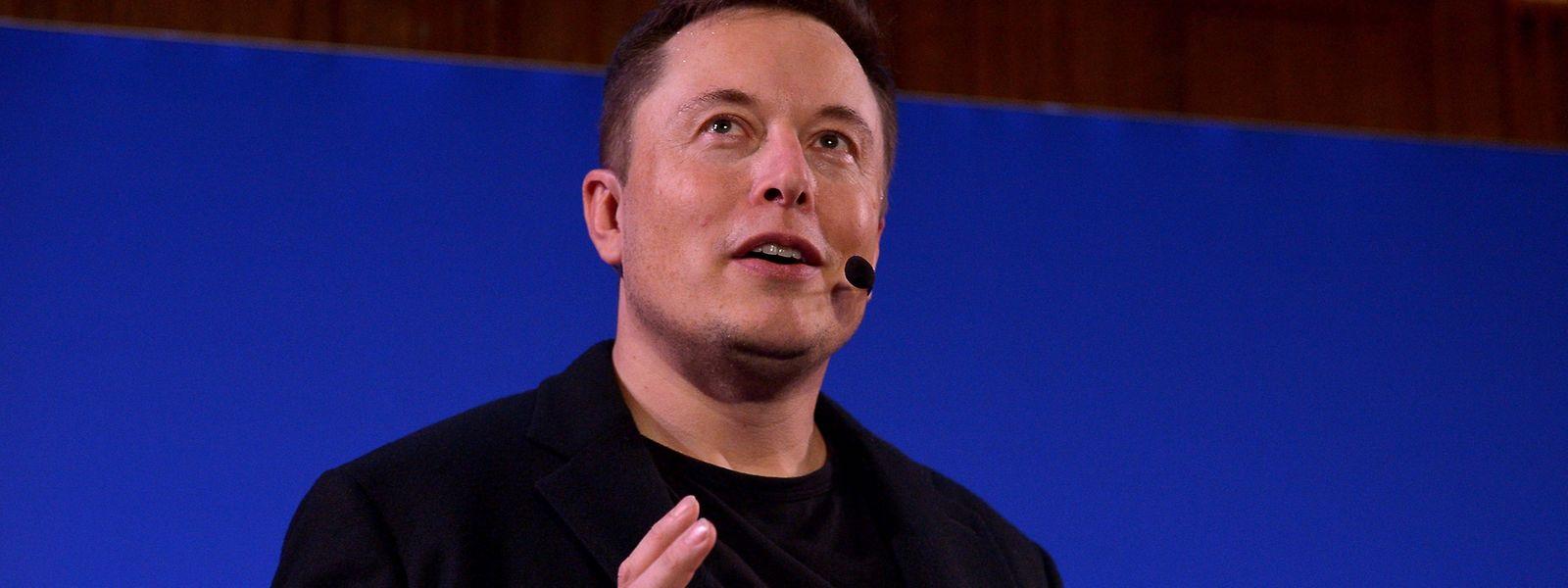 Nach der Kritik der selbstfahrenden Autos, will Elon Musk jetzt lieber in Lkws und Busse investieren.