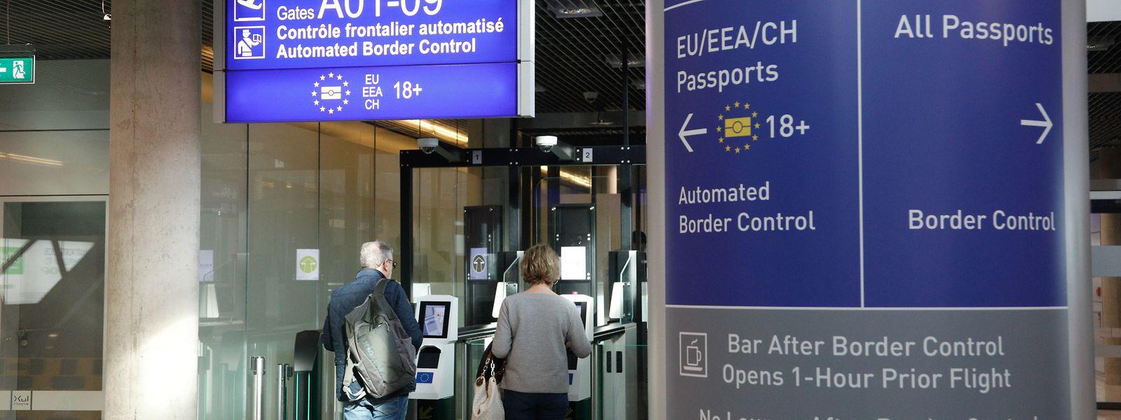 Une douzaine de vols arrivent chaque jour du Royaume-Uni. En cas de «Brexit dur», les passagers britanniques ne pourront emprunter les portiques de contrôle automatique.