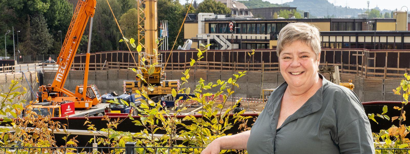 La bourgmestre de Differdange, Christiane Brassel-Rausch, au pied du chantier du vaste complexe immobilier prévu à l'entrée de la commune.