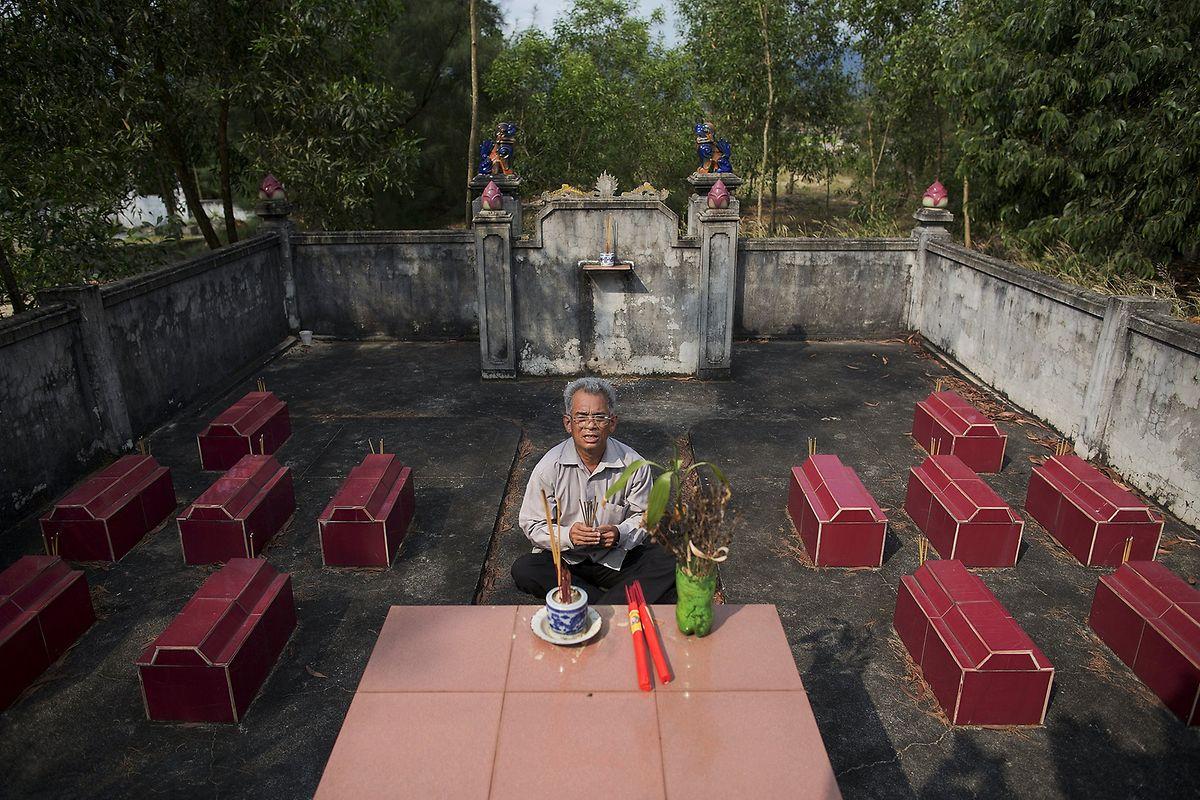 Der frühere Soldat Da Duc Din betet auf einem Friedhof vor den Gräbern seiner 12 Kinder. alle starben an den Folgen von Agent Orange.