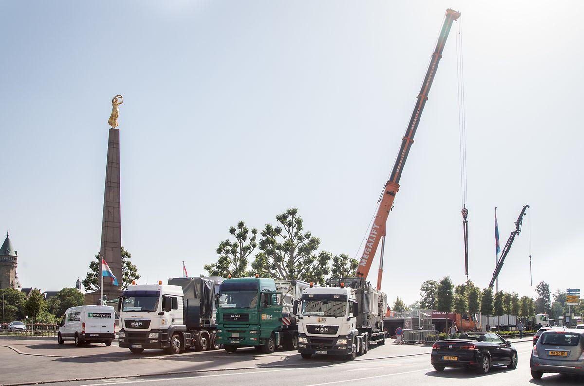 Der 270 Tonnen schwere Skyliner wurde in mehreren Lastwagen auf die Place de la Constitution transportiert.