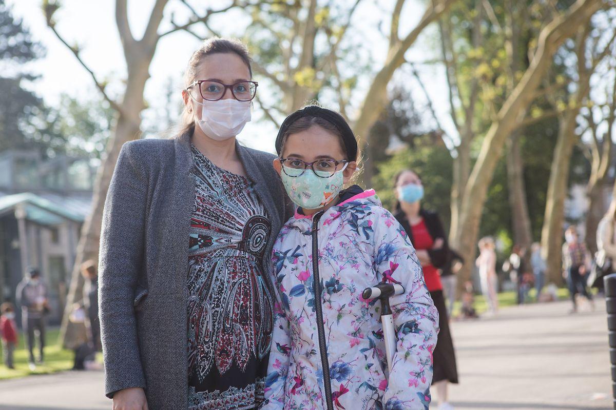 Etwas mulmig ist Mutter Marta zumute, ihre Tochter Lea freut sich aber auf den Schulanfang.