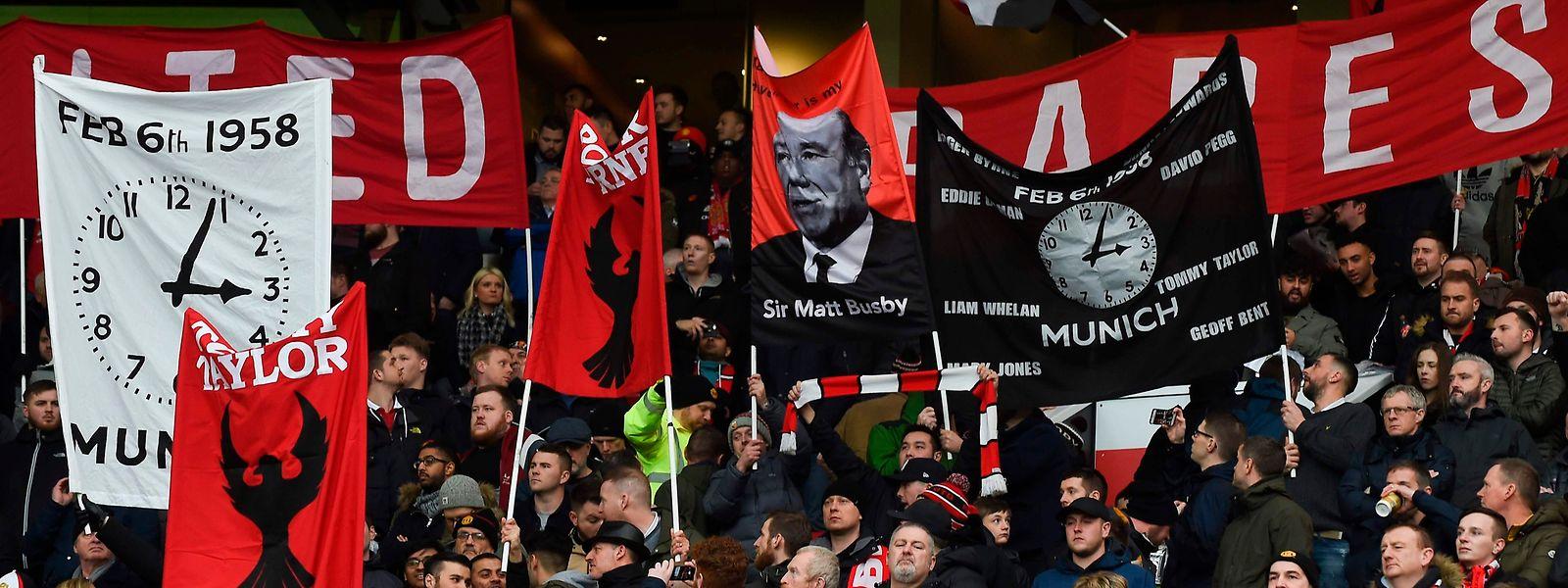 Unvergessen: Fans von Manchester United mit der zum Symbol gewordenen Uhr, die die Zeit des Unglücks anzeigt.