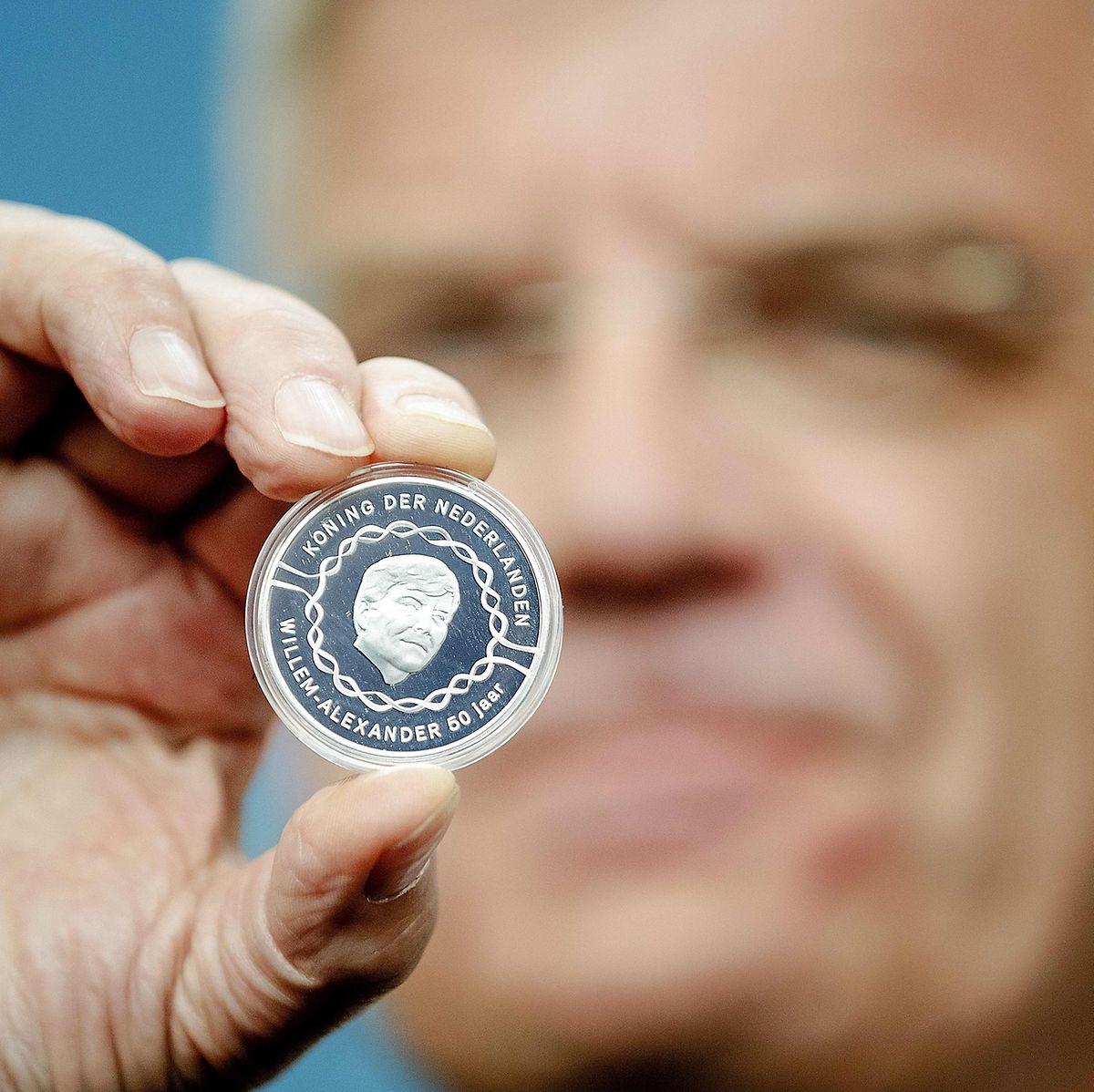 Der Bürgermeister von Utrecht, Jan van Zanen, bei der Vorstellung der 10-Euro-Gedenkmünze.