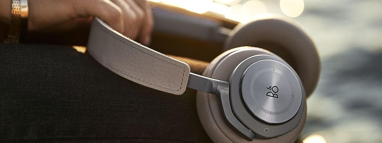 Hochwertig verarbeitetes Lammfell an den Over-Ear-Kopfhörermuscheln, poliertes Aluminium, sanft aufliegendes Leder am Kopfhörerbügel: Die Bang & Olufsen haben Stil.