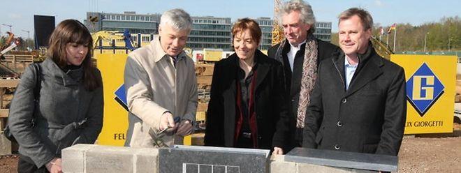 Infrastrukturminister Claude Wiseler (2.v.l.) legte den Grundstein für das neue KPMG-Gebäude gemeinsam mit Laurye Pexoto, Karin Riehl, François Valentiny und Marc Giorgetti (v.l.n.r.).