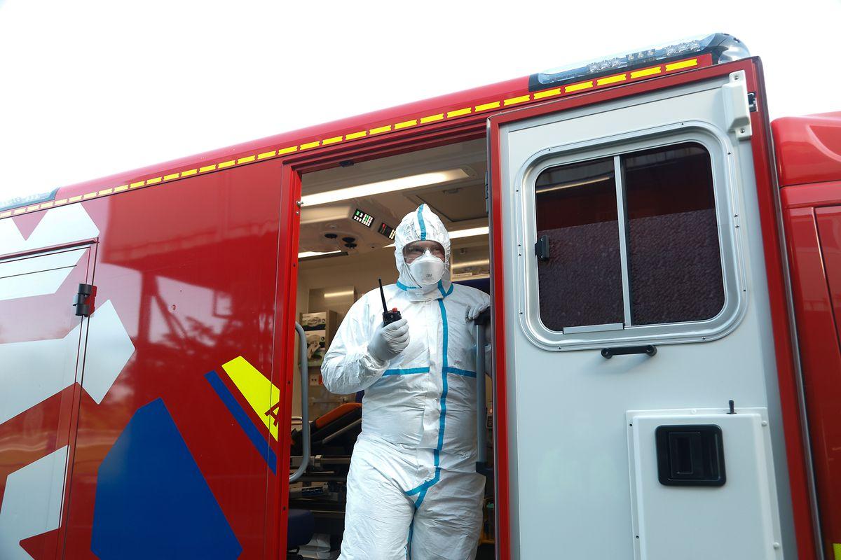 Plusieurs fois par jour, une ambulance vient récupérer les patients dont l'état de santé nécessite une hospitalisation.