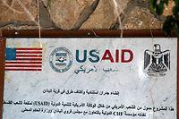 """Ein Wandanschlag der """"USAID"""" hier in einem Dorf nahe Nablus erinnert an die Hilfenvor Ort."""
