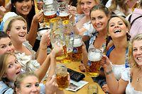 ARCHIV - 18.09.2010, Bayern, München: Junge Frauen trinken in einem Festzelt auf dem Oktoberfest Bier. Foto: picture alliance / dpa +++ dpa-Bildfunk +++