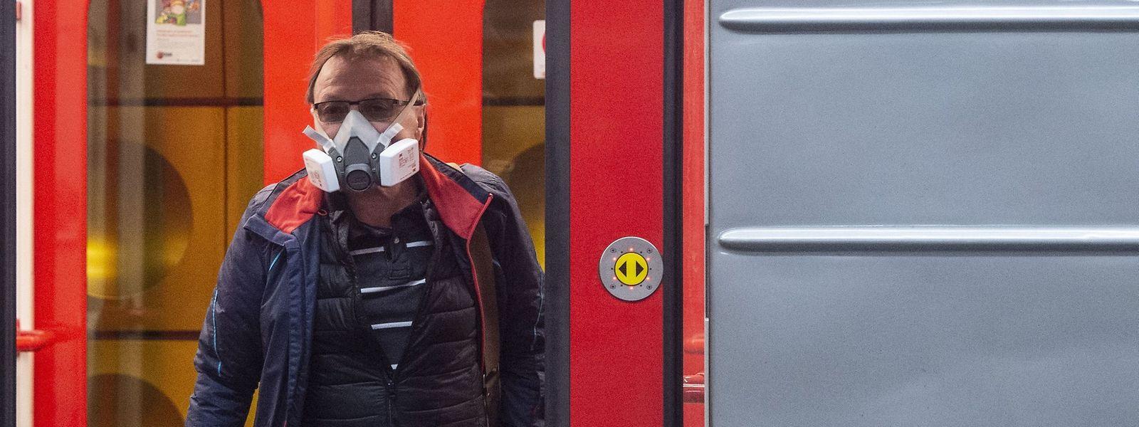 In Tschechien dürfen Menschen U-Bahnen, Busse und Trams nur noch mit Mund- und Nasenschutz betreten.