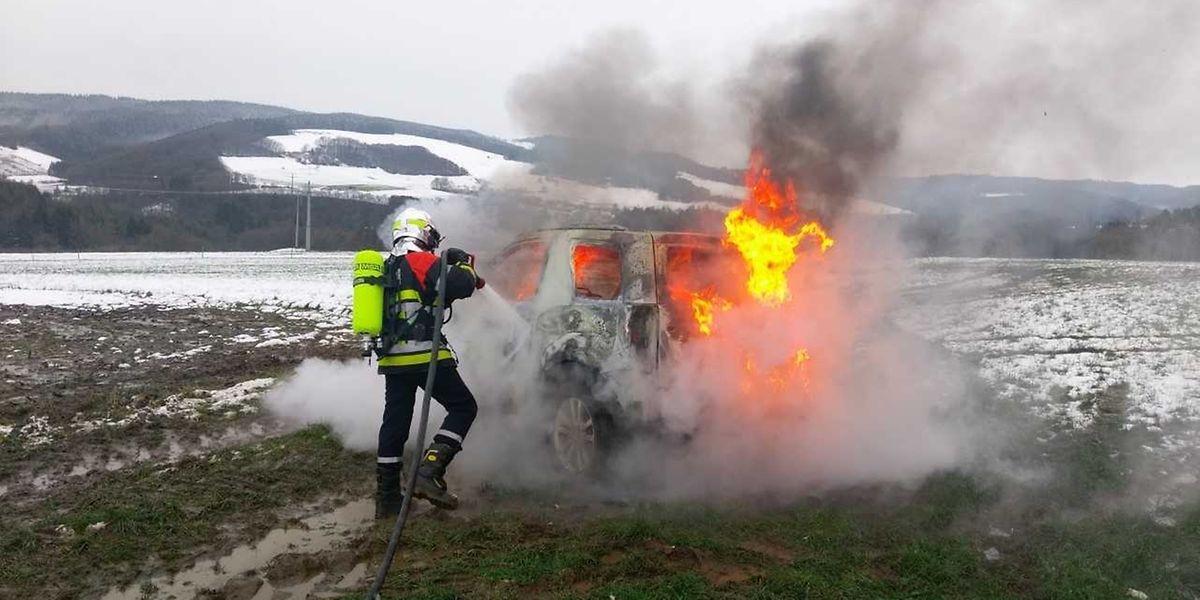 Le SUV a entièrement brûlé le long de la N329