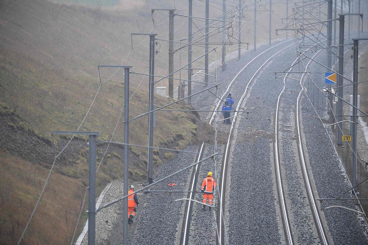 Gendarmen und SNCF-Mitarbeiter an der Unfallstelle-