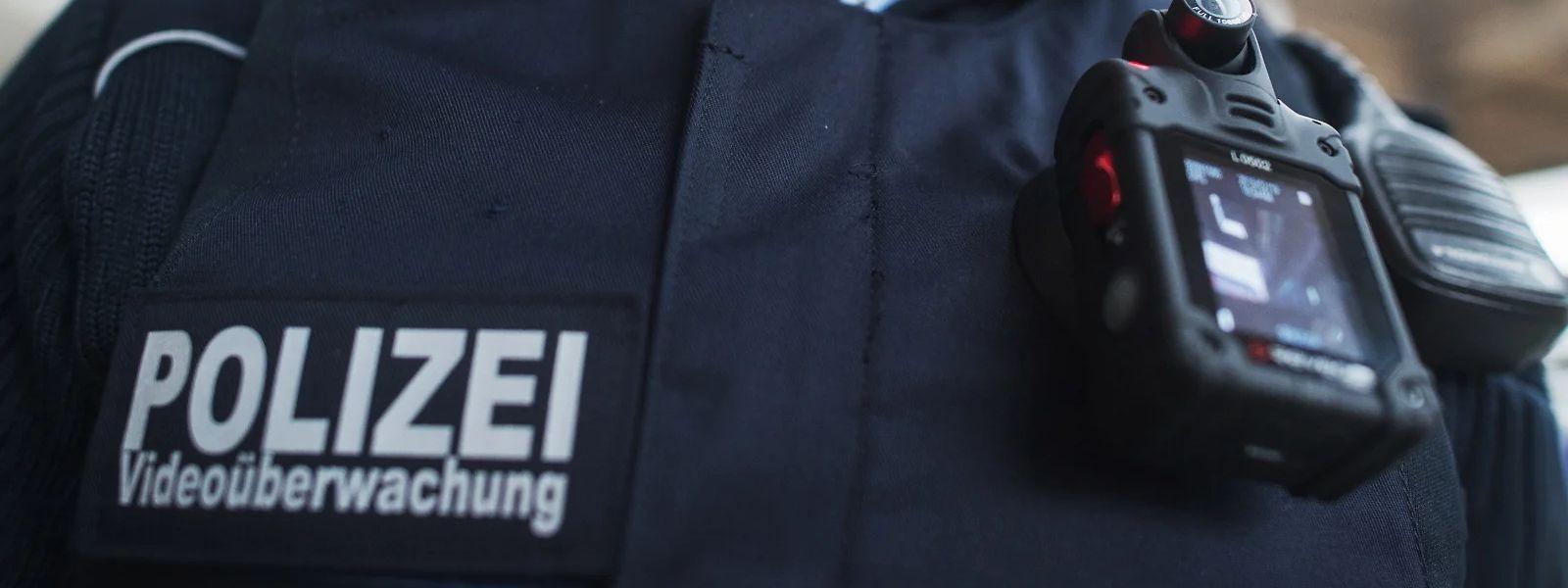 Seit 2013 gibt es in Deutschland Pilotprojekte zum polizeilichen Einsatz von Bodycams. Im Saarland wird seit 2018 auf ein Modell gesetzt, das dem polizeilichen Gegenüber auch das Aufnahmebild zeigt.