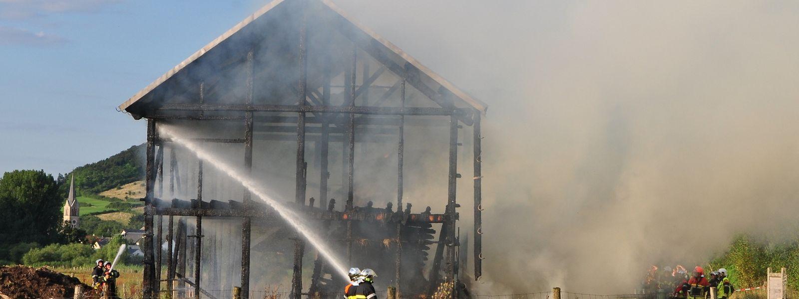 Les policiers n'ont pu empêcher la propagation du feu à cause des bottes de paille.