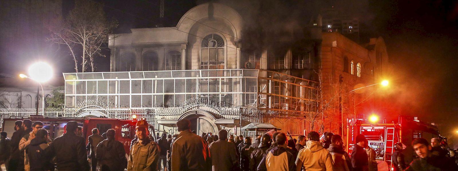 Während der Demonstration stieg Rauch aus dem Botschaftsgebäute auf.