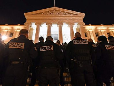 Hundreds of French police officers demonstrate on the stairs of the justice city hall of Marseille to protest over mounting attacks on officers on October 20, 2016.  French police officers demonstrated in several French cities, in a series of protests over mounting attacks on officers. / AFP PHOTO / BORIS HORVAT