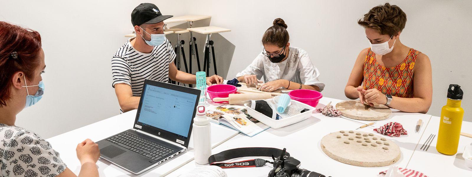 """Im Atelier """"Digitales und neue Medien"""" entsteht während der Herstellung von Anhängern aus Lehm eine Bilderreihe oder auch ein Kurzvideo."""