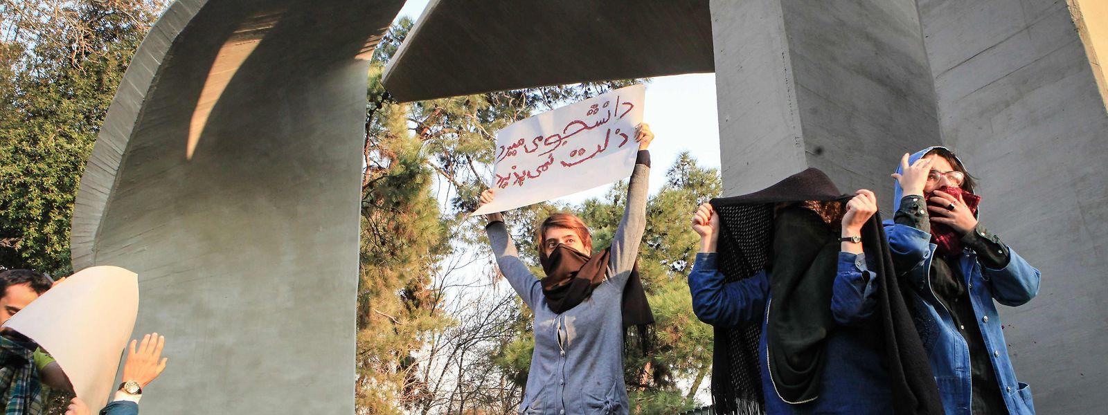 Studenten an der Universität von Teheran protestieren gegen die Wirtschaftspolitik.
