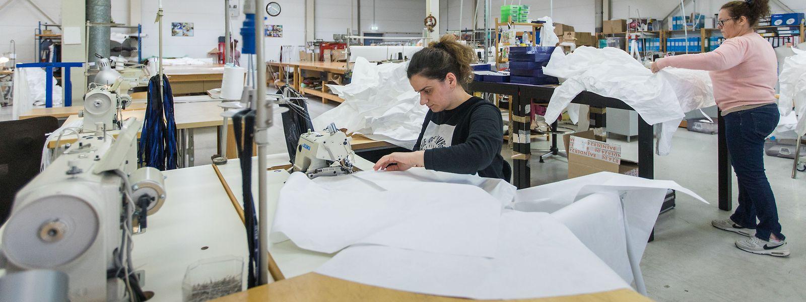 De 200 combinaisons en Tyvek par jour, la production dans l'atelier Eva Ferranti est passée à 500 unités. Le projet est financièrement bouclé.