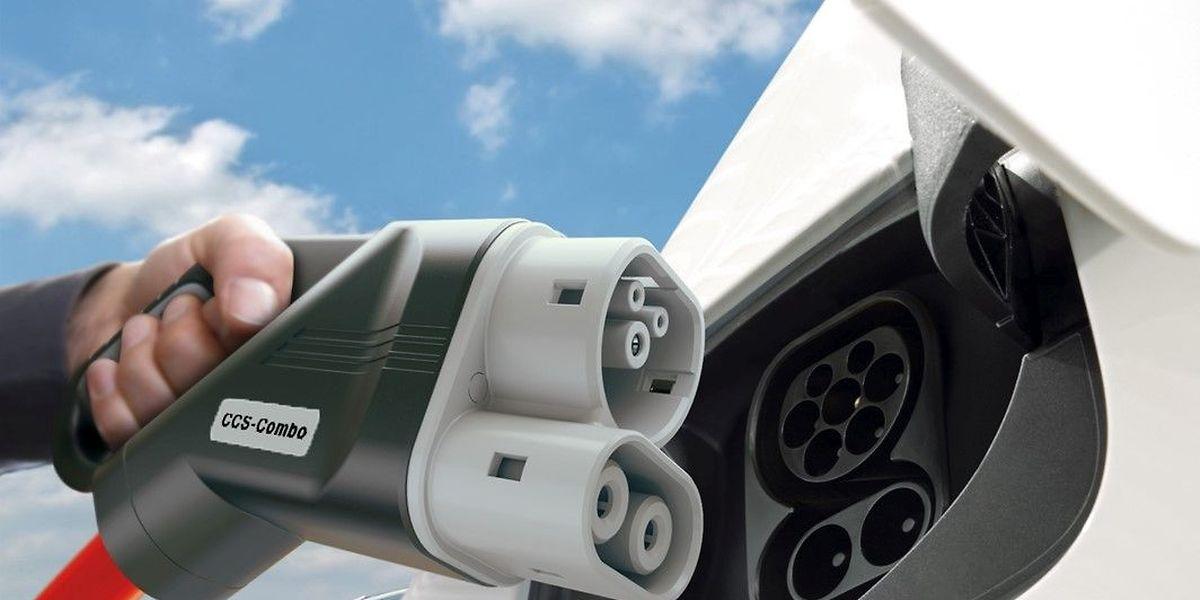 Die Autobauer folgen damit dem Beispiel des E-Auto-Pioniers Tesla, der in Europa entlang von Autobahnen bereits mehr als 700 Ladestationen mit fast 5000 Ladeplätzen betreibt.