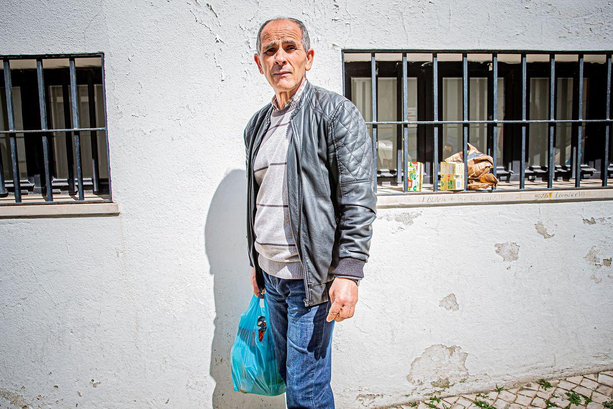 """Luís vive sozinho num quarto alugado. É um dos utentes regulares do centro de dia. Admite que """"morreria à fome"""" sem o apoio alimentar que lhe é aqui prestado."""