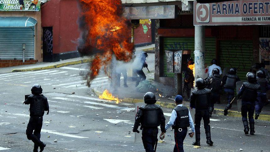 Bei Protesten gegen den sozialistischen Präsidenten Nicolas Maduro kommt es derzeit verstärkt zu gewalttätigen Auseinandersetzungen.