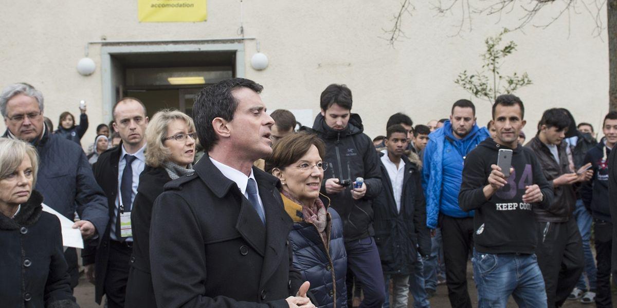 Der französische Premierminister Manuel Valls besichtigt die Bayernkaserne in München, eines der größten deutschen Flüchtlingslager.