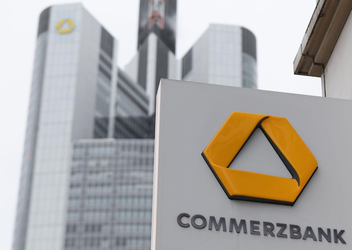 Das Schild einer Commerzbank-Filiale ist an einer Hausfassade nahe der Zentrale der Commerzbank angebracht.