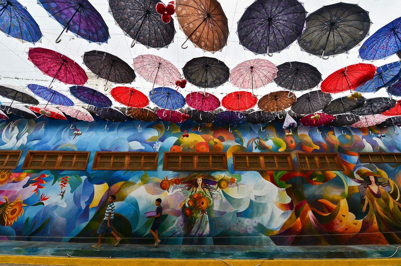 Cantarranas. Open-Air-Kunst in der kleinen Stadt Cantarranas, in der Nähe von Tegucigalpa im Honduras, soll zum Wohl der Einwohner beitragen und sie gegen den Regen schützen.