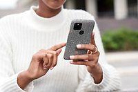 HANDOUT - 14.07.2020, ---: Eine Frau hält ein Pixel-Smartphone von Google in den Händen. Für die Pixel-Smartphones von Google hat das 5G-Zeitalter begonnen. Der Internetkonzern kündigte am Mittwoch (30.09.2020) in einem Online-Event aus Mountain View den Sprung in die fünfte Mobilfunkgeneration für das neue Pixel 5 sowie eine Neuauflage des Pixel 4a an. Google setzt beim Pixel 5 in diesem Jahr nicht auf den Flaggschiff-Chip von Qualcomm, sondern verwendet den Snapdragon 765G, der über ein integriertes 5G-Modem verfügt. Foto: Google/dpa - ACHTUNG: Nur zur redaktionellen Verwendung im Zusammenhang mit einer Berichterstattung über Pixel-Smartphones von Google und nur mit vollständiger Nennung des vorstehenden Credits +++ dpa-Bildfunk +++