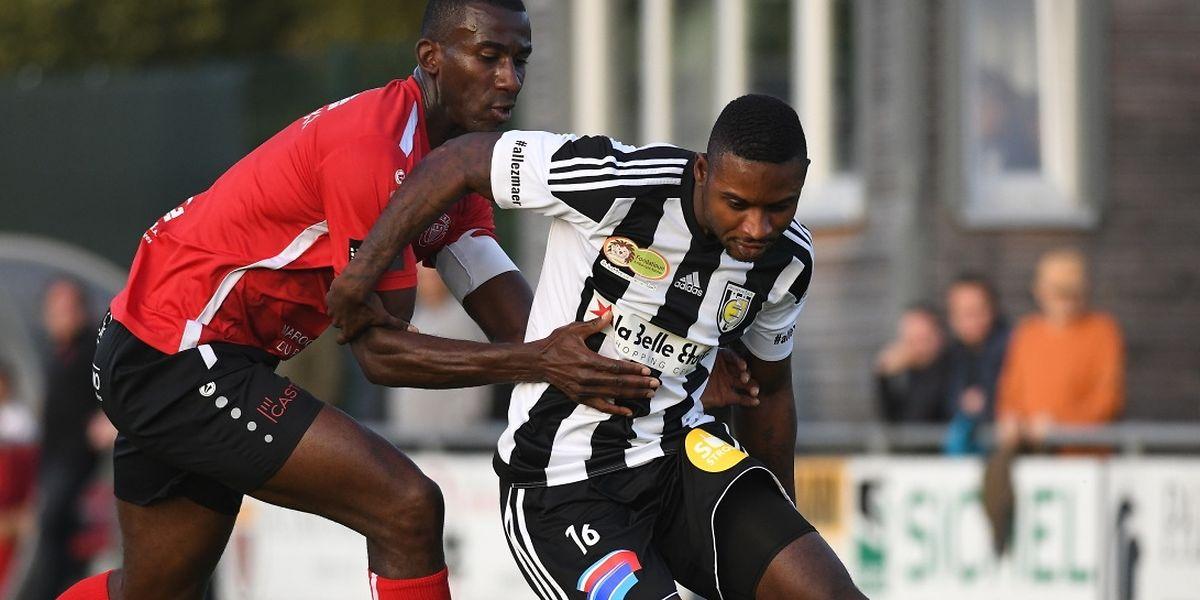 Patrice Mondon Konan en difficulté face à Fréderick Kyereh. Les joueurs de Strassen ont dominé le début de match avant d'encaisser deux buts en l'espace de deux minutes.