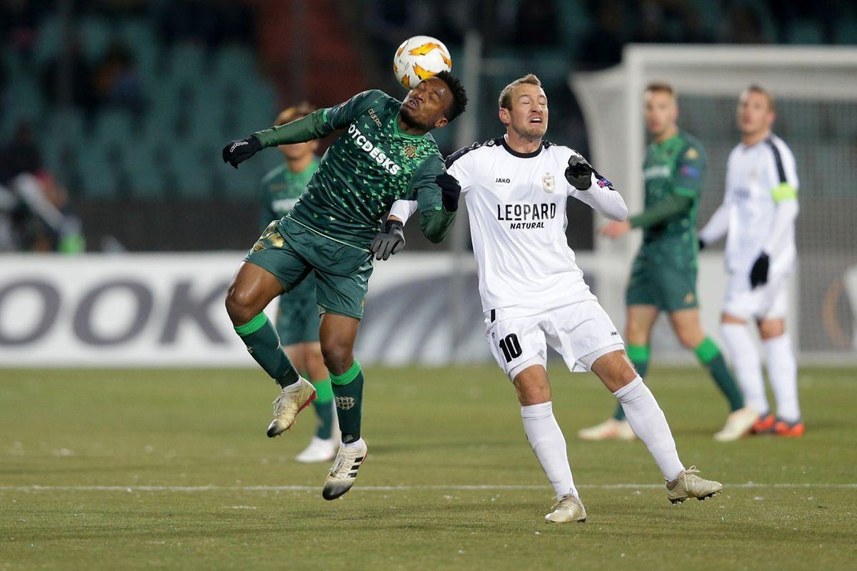 Wilfrid Kaptoum à la lutte avec Dominik Stolz. Le F91 n'a rien lâché contre le Betis.