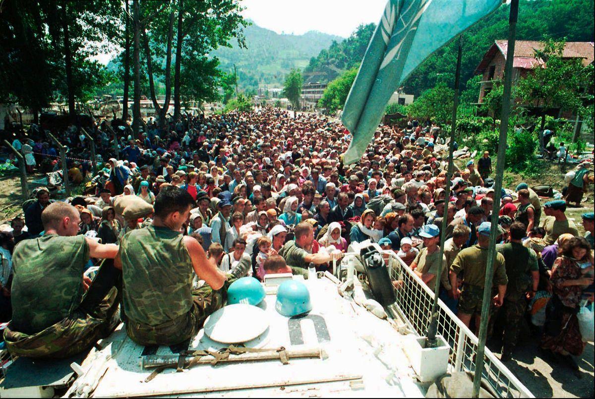 Serbische Soldaten und Opfer in Srebrenica. Die Blauhelme des Vereinten Nationen schauten zu ... (Juli 1995)
