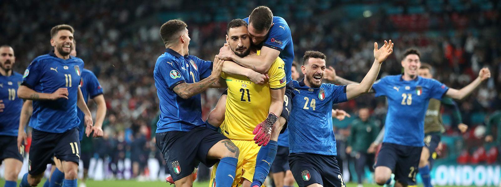 """Dès la fin du match, c'est vers """"Gigio"""" que toute la Squadra s'est précipitée."""