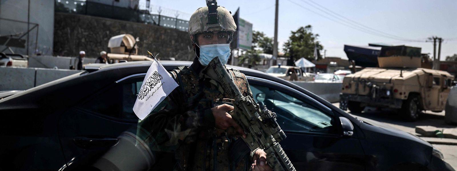 An einem Checkpoint in Kabul patrouilliert ein Taliban-Kämpfer.