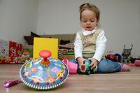 ILLUSTRATION - Zum Themendienst-Bericht vom Evelyn Steinbach vom 8. Mai 2020: Kleinkinder brauchen die wenigsten Spielzeuge. Um ein Überangebot zu vermeiden, sollten Eltern deshalb regelmäßig Dinge ausmisten. Foto: Andrea Warnecke/dpa-tmn - ACHTUNG: Nur zur redaktionellen Verwendung im Zusammenhang mit dem genannten Text - Honorarfrei nur für Bezieher des dpa-Themendienstes +++ dpa-Themendienst +++