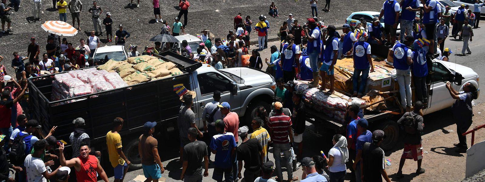 Os dois camiões na fronteira entre Brasil e Venezuela.