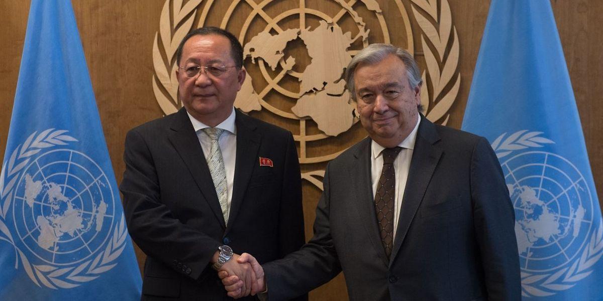 Ri Yong Ho, ministro dos Negócios Estrangeiros da Coreia do Norte, com António Guterres
