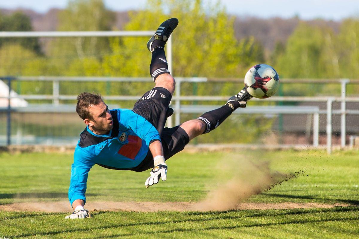 Un arrêt spectaculaire de Tim Pfeiffer, le portier du FC Koerich-Septfontaines.