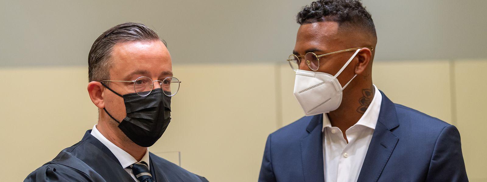 Der Fußball-Profi und ehemalige Nationalspieler Jerome Boateng (r) steht zu Beginn des Prozesses gegen ihn im Amtsgericht München mit seinem Anwalt zusammen.