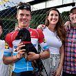 Bob Jungels (Quick-Step) zusammen mit seiner Freundin Ila (Mitte), Dackel Nero und seinen Eltern nach seinem Sieg bei Liège-Bastogne-Liège 2018 - Foto: Serge Waldbillig